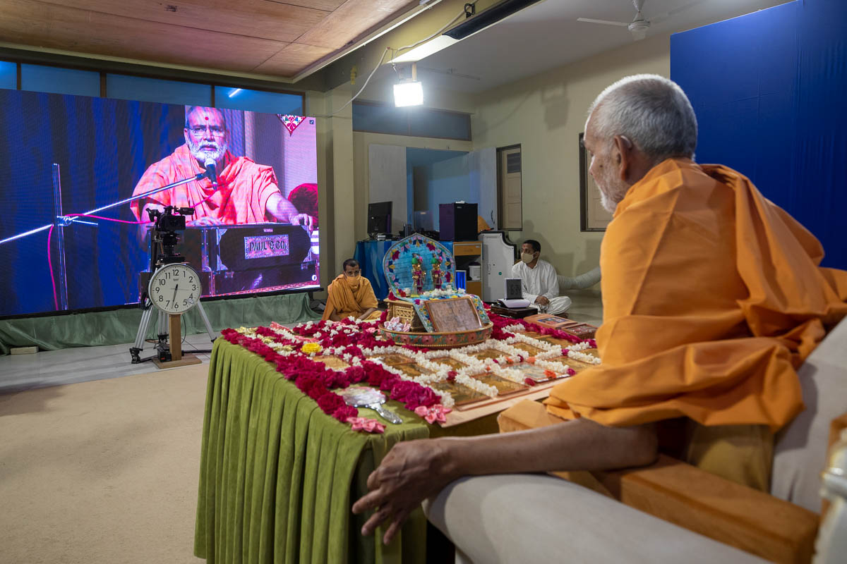 Sadhus sing kirtans via video conference from Surat Mandir