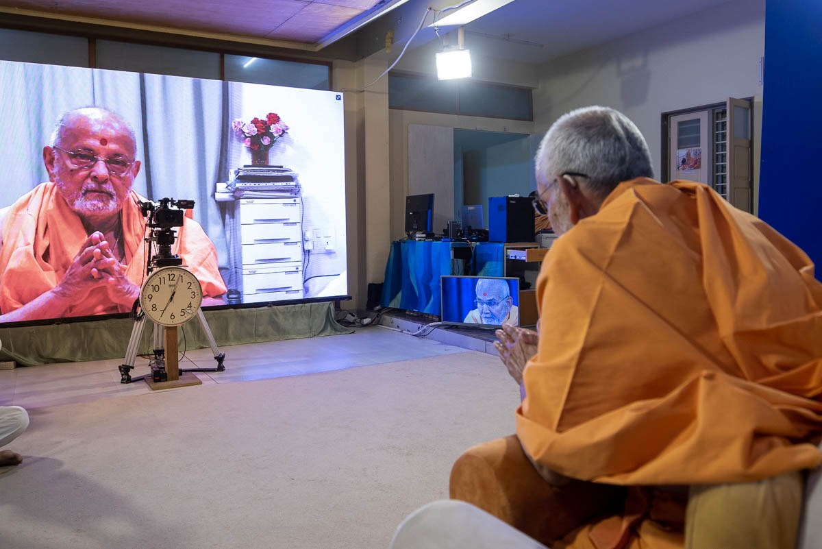 Pujya Ishwarcharan Swami doing darshan of Swamishri via video conference