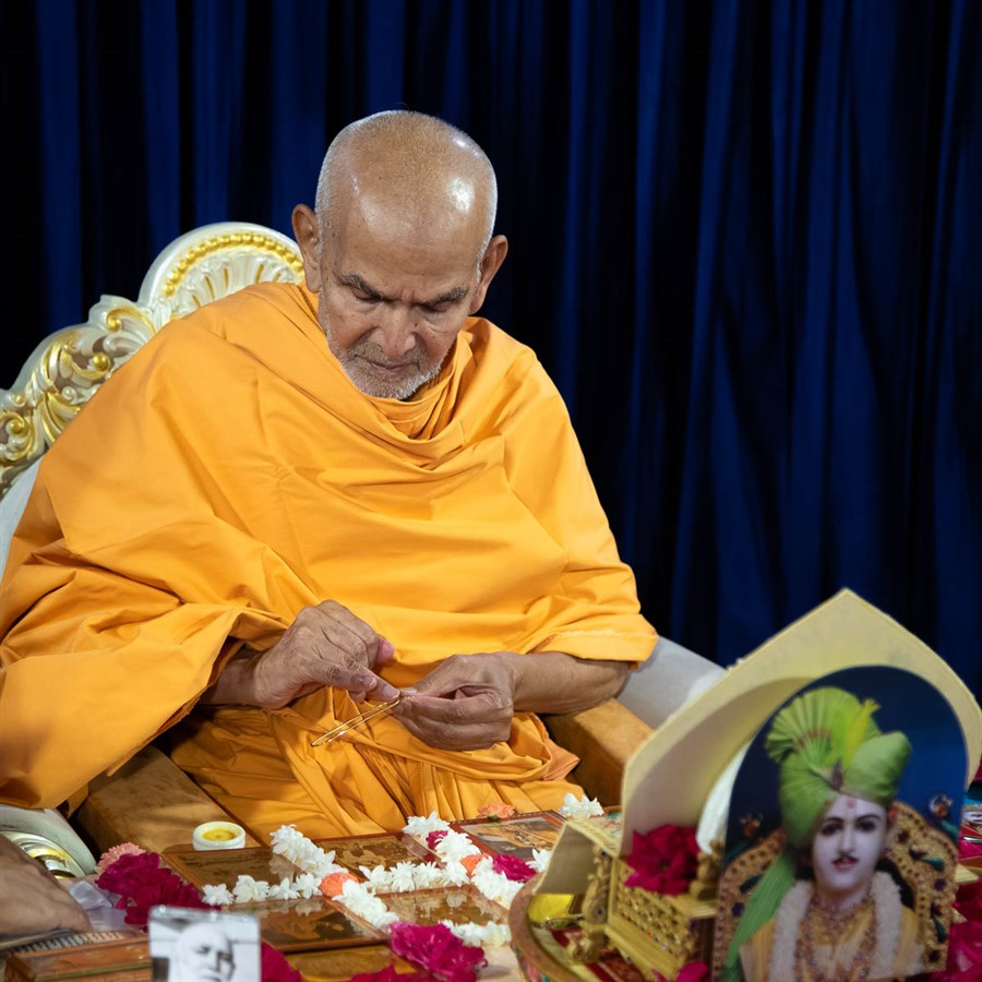 Swamishri applies chandan on a tilakiyu