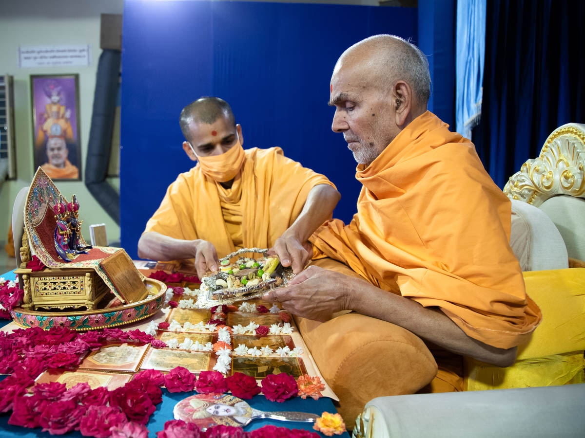 Swamishri offers thal to Thakorji