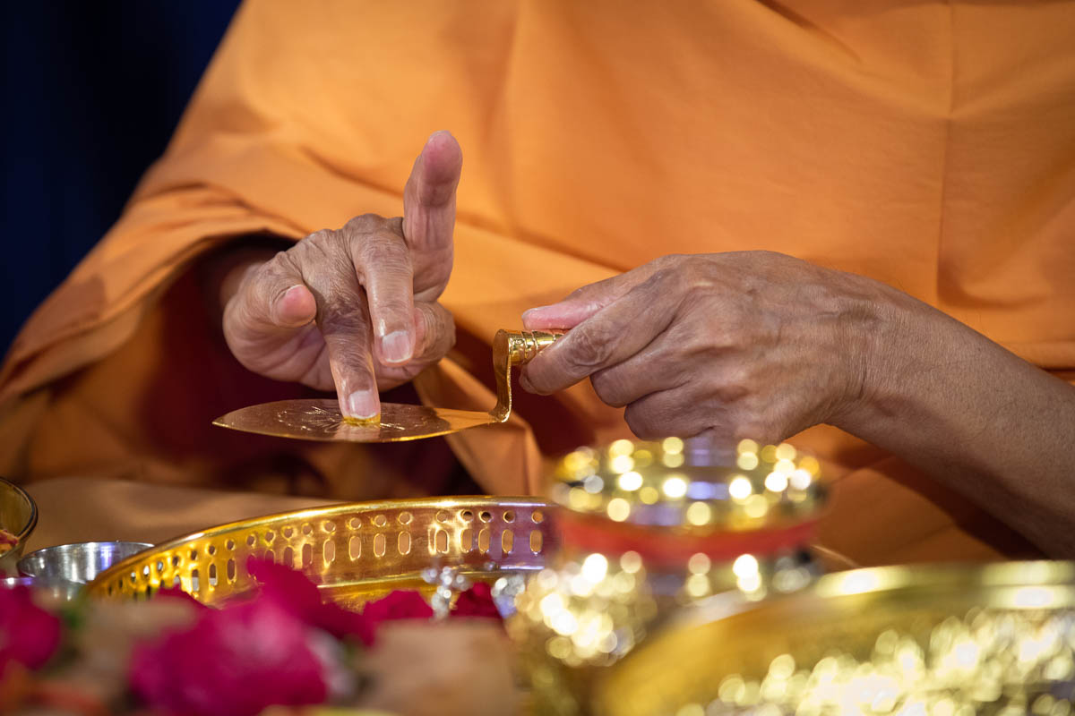 Swamishri performs the rituals