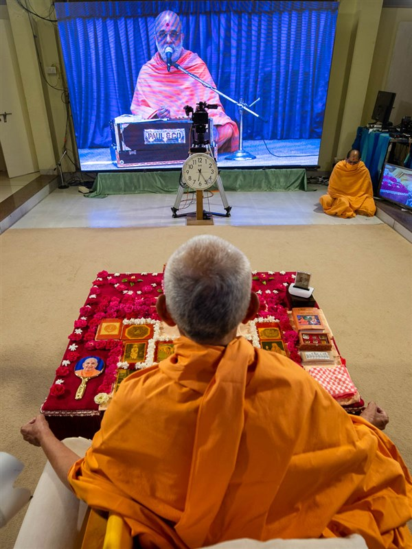 Vishwaswarup Swami sings a kirtan via video conference from Ahmedabad Mandir