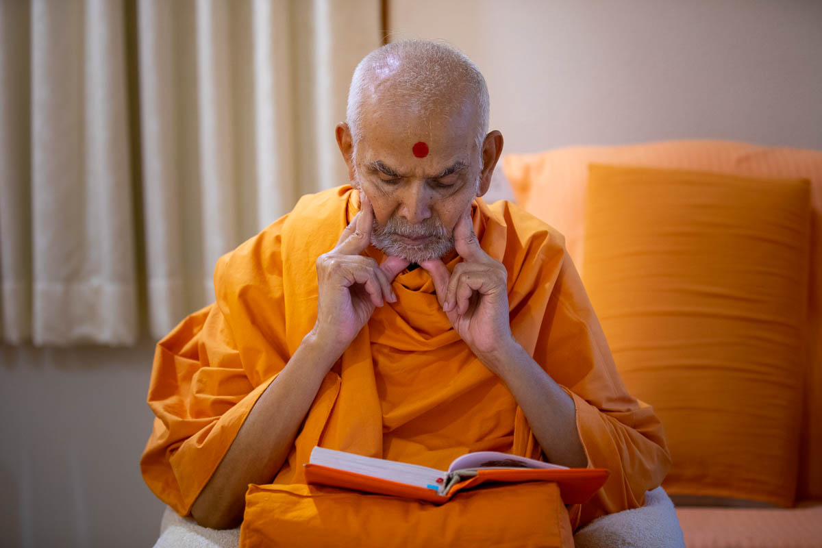 Swamishri reads Purushottam Bolya Prite in the evening