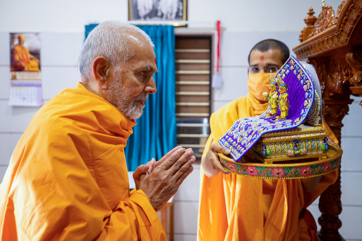 Swamishri engrossed in darshan of Shri Harikrishna Maharaj and Shri Gunatitanand Swami in the evening