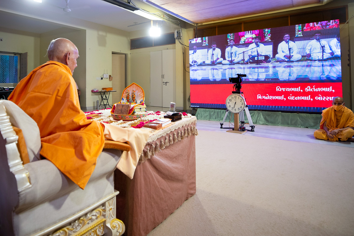Youths sing kirtans via video conference from Borsad Mandir