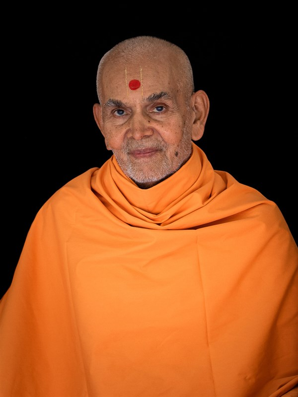Swamishri arrives in the afternoon assembly