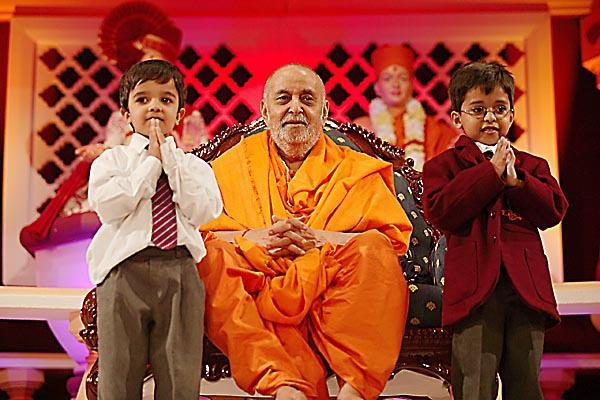 Welcoming Swamishri to The Swaminarayan School presentation