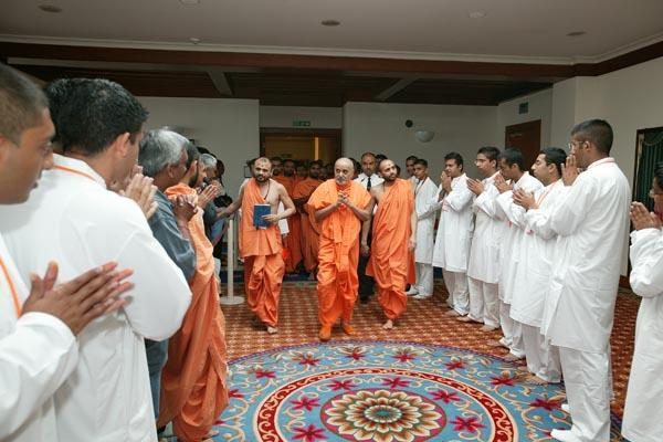 Swamishri greeting Kishores on the way to puja