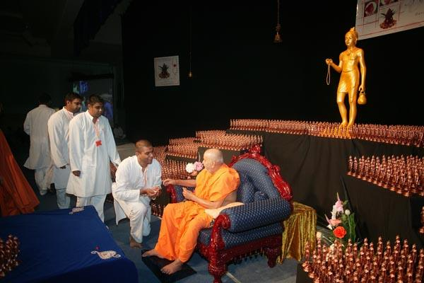 Swamishri meets some kishores after puja