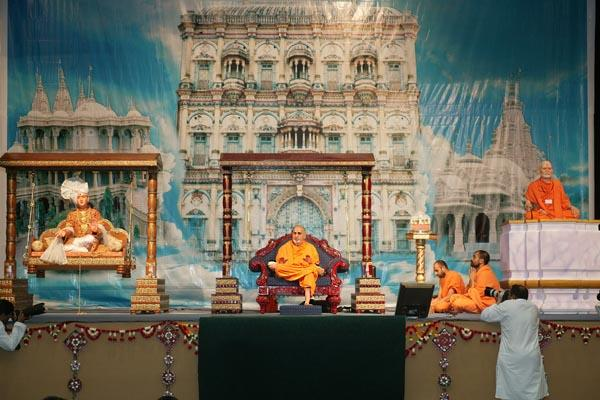Swamishri gives his blessings in the Fuldol festival