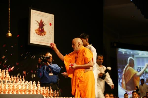 Swamishri sanctifying the images of Nilkanth Varni