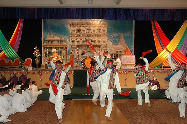Kishores welcome Swamishri with a colourful dance