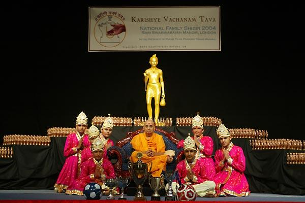 Day 2 - National Bal-Balika Shibir 2004  - Balaks with Swamishri at the end of the dance