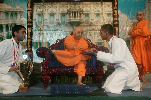 Day 2 - National Bal-Balika Shibir 2004  - Swamishri sanctifying the medals for the winners of the Pramukh Cup