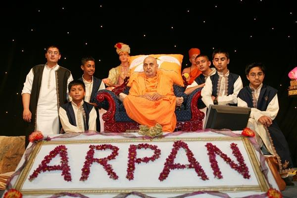 Suvarna Arpan Satsang Sabha  - Swamishri blessing the children after the musical performance