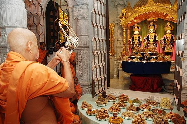 Janmasthami and London Mandir Patotsav Ceremony  - Swamishri performs the arti to conclude the Patotsav ceremony