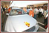 8th September 2004 - Pramukh Swami Maharaj departs from London
