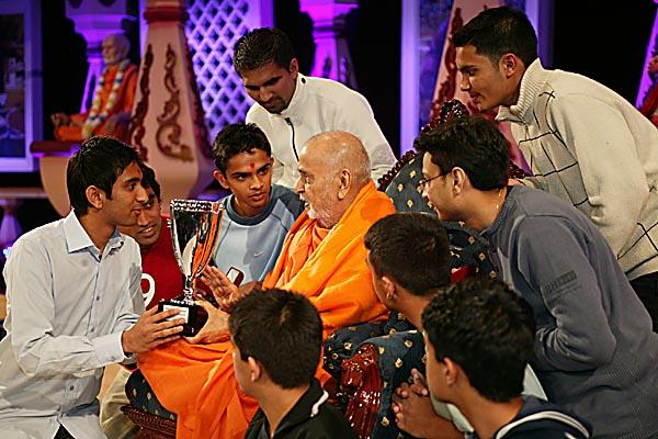 Swamishri presents the trophy to the winners of the London five-a-side football tournament - Essex Mandal