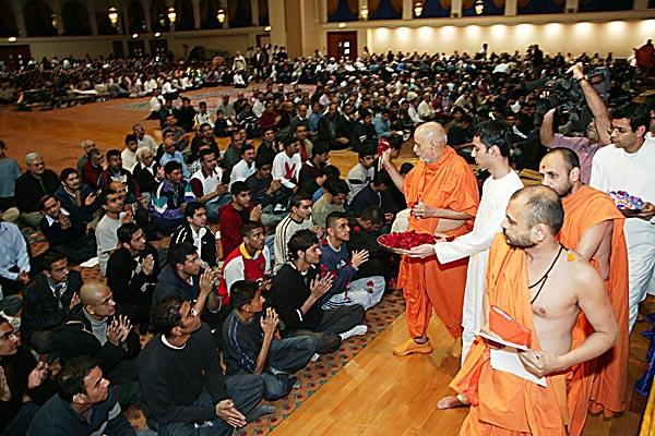Swamishri showers the final year students with flowers