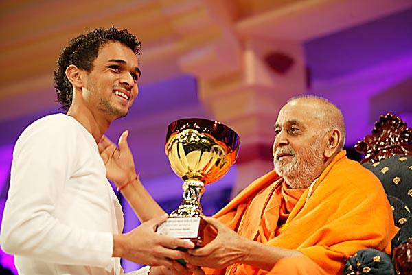 Swamishri presents the trophies for the Sponsored Walk