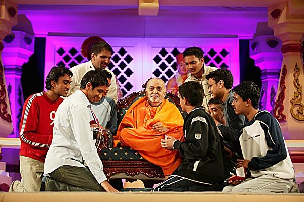 Kishores from the winning team speak with Swamishri