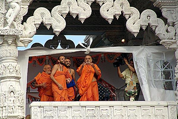 Swamishri releases a white dove with prayers for World Peace at the end of the Rath Yatra