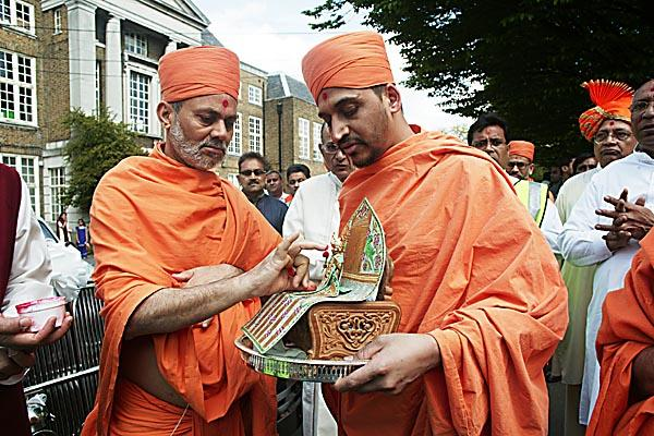 Viveksagar Swami starts the Rath Yatra by performing poojan of Harikrishna Maharaj