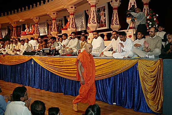Young Yuvak/Yuvatis Assembly  -  During Swamishri's walk youths sing kirtans