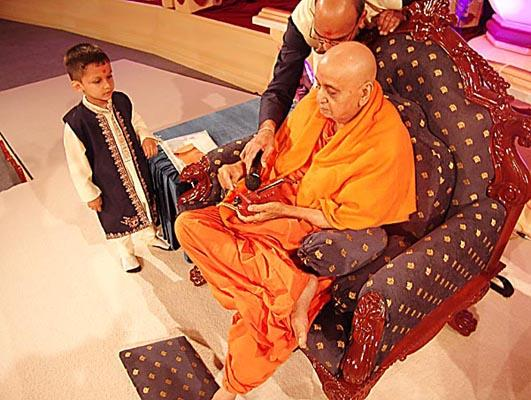 Swamishri plays a small violin