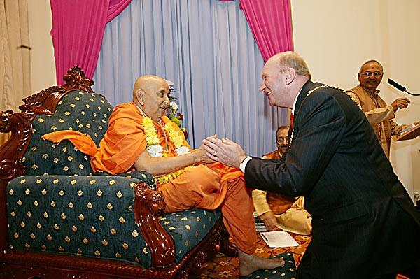 Councillor Michael Dolling, Mayor of Luton, garlands Swamishri