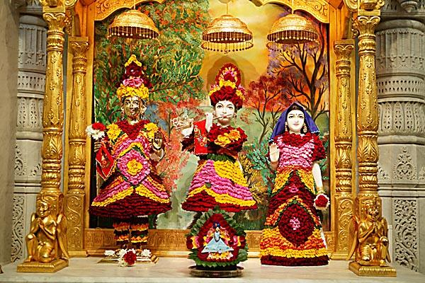 The images of Harikrishna Maharaj and Radha Krishna Dev adorned with flowers
