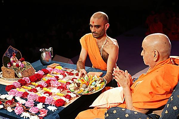 Thal being offered during Swamishri's pooja