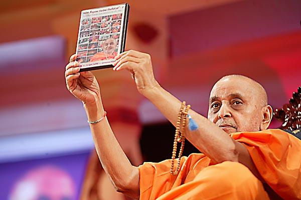 Swamishri opens a DVD titled Mare Angane Swami Padharya - Part 1