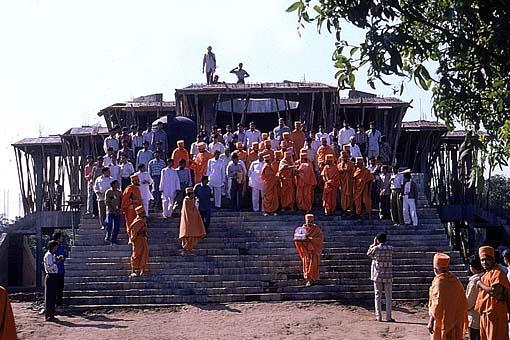 After seeing and reviewing the construction work, Swamishri descends the Mandir stairs