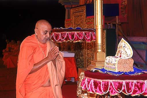 Humbly paying respects to Harikrishna Maharaj