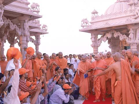 After Thakorji's darshan, Swamishri departs for Gondal