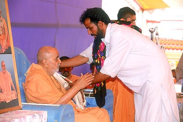 A representative of the Muslim community honors Swamishri
