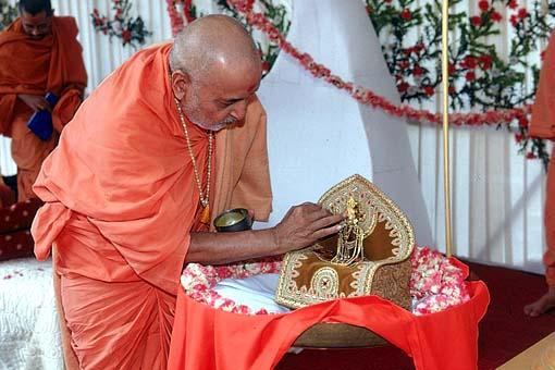 Swamishri doing pujan of Lord Harikrishna Maharaj