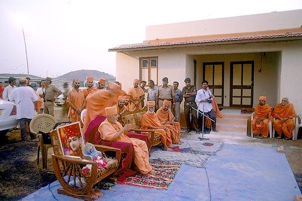 Swamishri blesses the public assembly