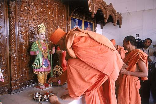 Despite the inconvenience, Swamishri patiently worships the murtis