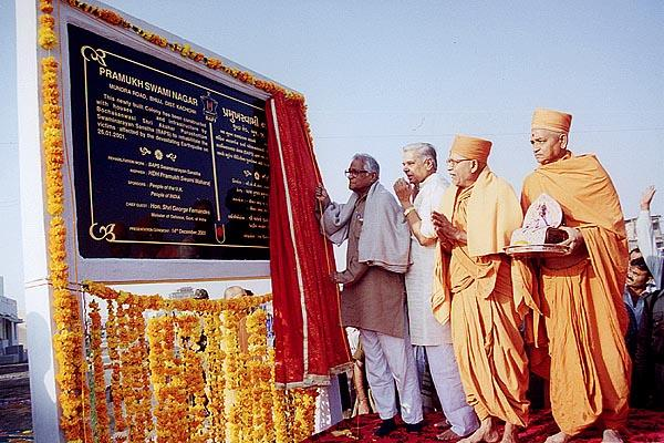 Shri George Fernandes unveils the plaque