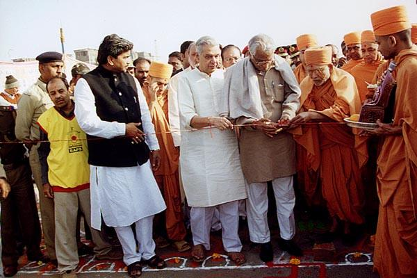 Pujya Bhaktipriya Swami and Shri George Fernandes perform the Vedic inauguration ceremony
