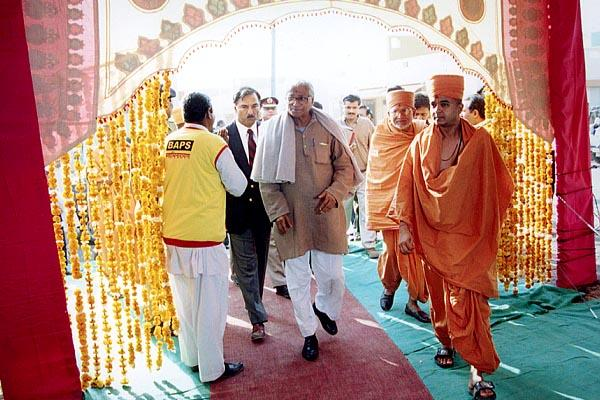 Defence Minister Shri George Fernandes arrives at Pramukh Swami Nagar