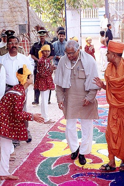 Shri George Fernandes is welcomed by BAPS balaks