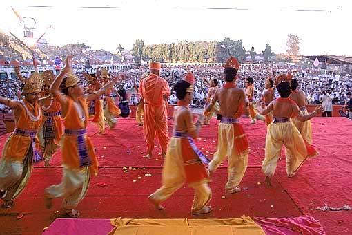 With Swamishri in center, children dance to the tune of 'Swami aviya re aviya...' during the Joli festival assembly