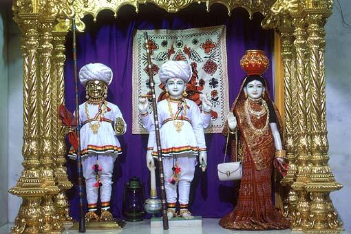 Harikrishna Maharaj and Laxminarayan Dev adorned in shepherd's clothes