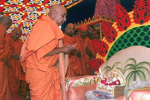 Swamishri chanting the Swaminarayan dhun before Lord Harikrishna Maharaj