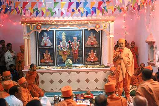 Swamishri discoursing on the glory and necessity of mandirs