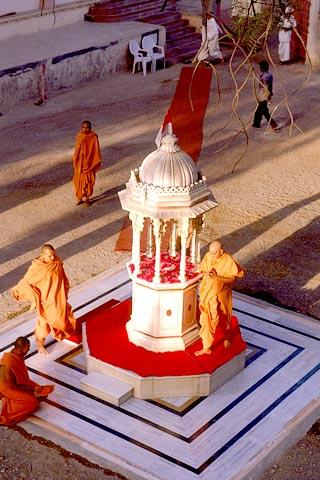 Swamishri circumambulating the shrine in memory of the place where Shastriji Maharaj gave spiritual discourses during the construction of the mandir