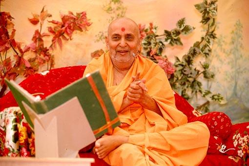 Swamishri delivering spiritual discourses during the morning assembly